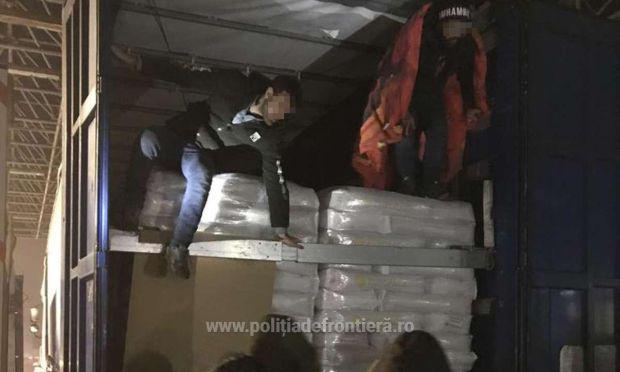 <em>Hír szerkesztése</em> Tizenhat migráns bújt meg egy kamionban