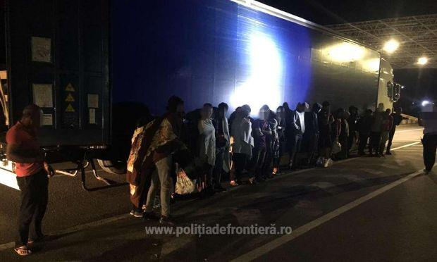 <em>Hír szerkesztése</em> Huszonöt migránst találtak egy kamionban Csanádpalotánál
