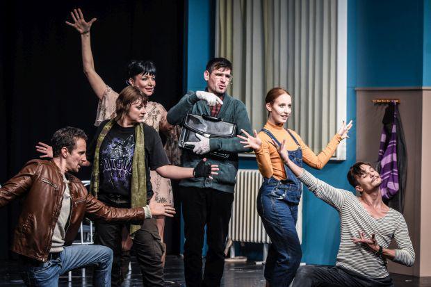 <em>Hír szerkesztése</em> Zenés komédia az Aradi Kamaraszínház műsorán
