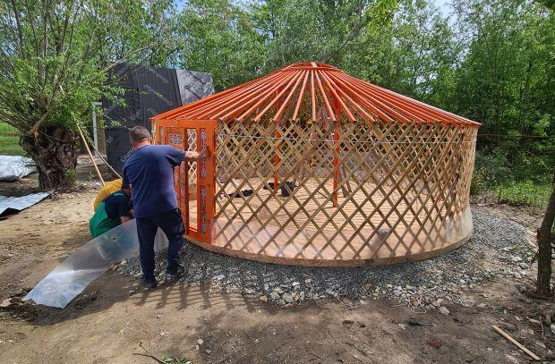 <em>Hír szerkesztése</em> Hagyományőrzés Kisjenőben: jurtával teljes a felszerelés