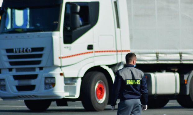 <em>Hír szerkesztése</em> Kilométeres kamionsorok alakultak ki a román–magyar határátkelőknél