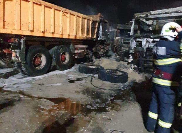 <em>Hír szerkesztése</em> Későn riasztották a tűzoltókat: kiégett három kamion