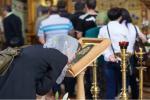 <em>Hír szerkesztése</em> Az ortodox egyház ideiglenesen eltekint az ikonok csókolgatásától