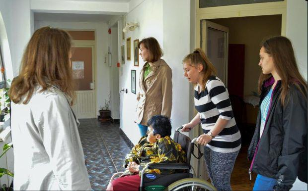 <em>Hír szerkesztése</em> Csiky-s önkéntesek a kisiratosi Máltai Házban