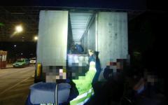 <em>Hír szerkesztése</em> Több mint harmincan bújtak el egy kamionban