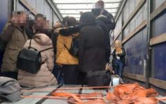 <em>Hír szerkesztése</em> Közel kéttucat illegális bevándorlót találtak egy kamionban