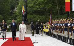 <em>Hír szerkesztése</em> Megkezdte háromnapos romániai látogatását Ferenc pápa