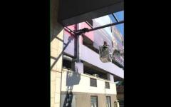 <em>Hír szerkesztése</em> Felmászott a pláza tartóoszlopára, tűzoltók szedték le