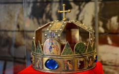 <em>Hír szerkesztése</em> A Szent Korona és a jogar másolata az aradi múzeumban