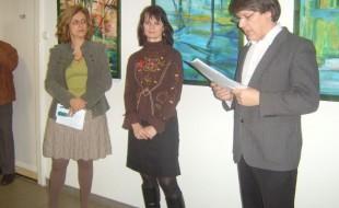 A művésznő (középen) legutóbbi budapesti kiállítása a XII. kerület önkormányzatánál volt