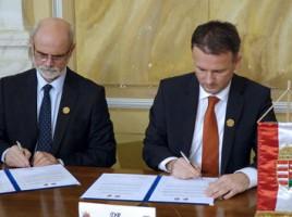 Bognár Levente és Görgényi Ernő aláírja a két település együttműködési megállapodásáról szóló dokumentumot. Fotó: Gyulai Hírlap